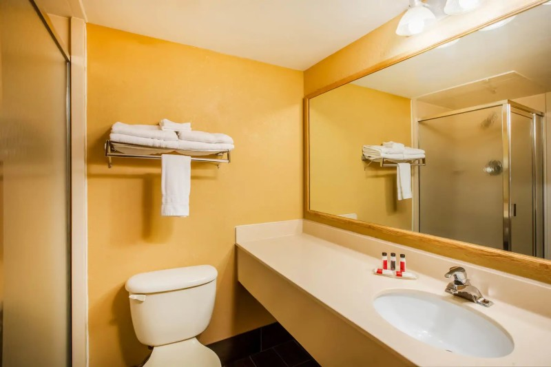Super 8 Standard Bathroom
