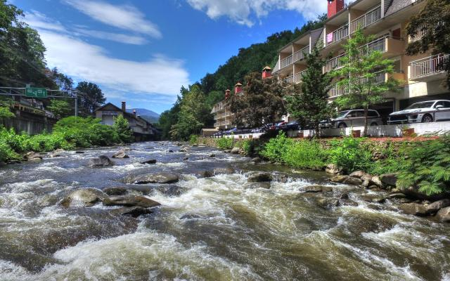 Gatlinburg River Inn by Rocky Waters