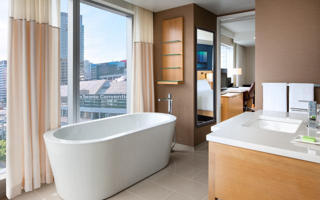 Delta Toronto - Corner bathroom