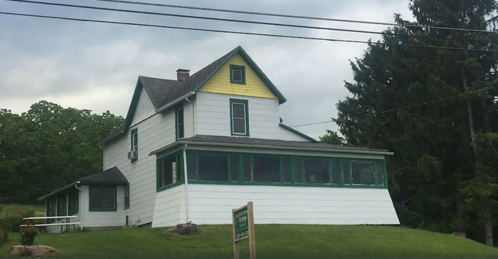 Burdett Hill Lakeview - Building Exterior