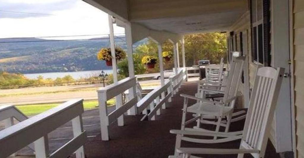 Longhouse Lodge Motel - Exterior View