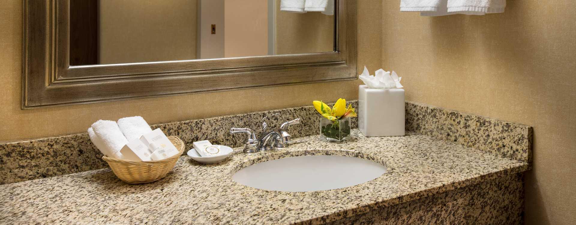 Coast Gateway Hotel bathroom