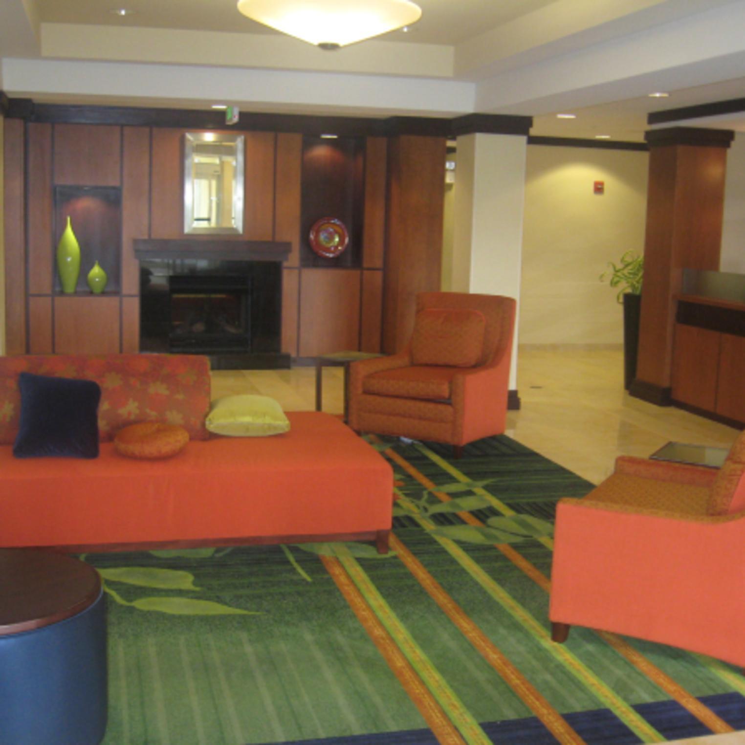 Fairfield Inn & Suites Carlisle lobby area