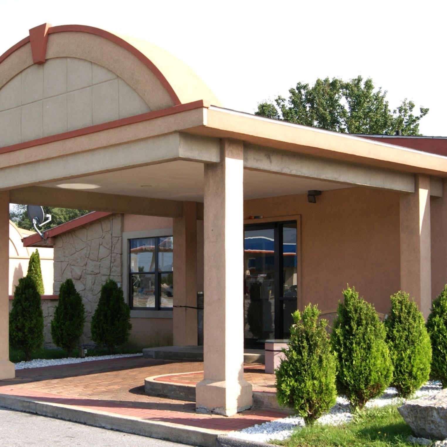 Rodeway Inn Carlisle Main Entrance
