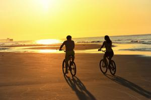couple biking in myrtle beach