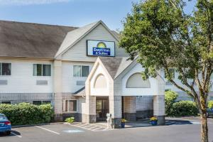 Days Inn & Suites by Wyndham Vancouver | Vancouver, WA Hotels