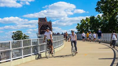Bicyclists and walkers on the Big Four Bridge