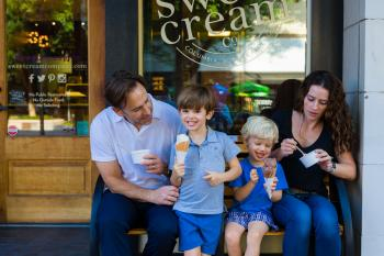 family_with_ice_cream