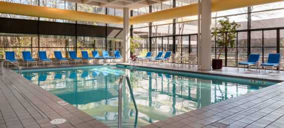 Pool-in-the-doubletree-hotel-in-overland-park