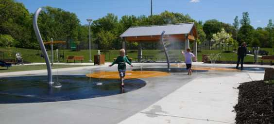 kids-at-splash-pad