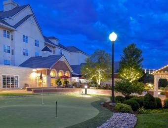 Homewood Suites Waterfront - Putting Green