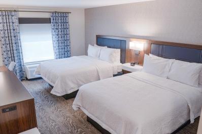 Hampton Inn Queen Guest Room