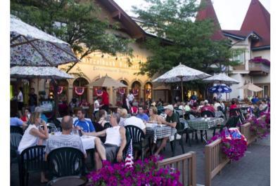Schnitzelbank Outdoor Bier Garten resized