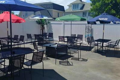 Benny's Outdoor Dining
