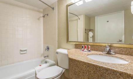 Days Inn Hammond Bathroom