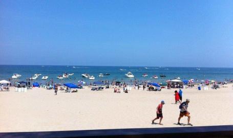 Wells-street-beach-beach-goers