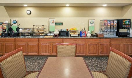 Country Inn and Suites Merrilllville Hotel breakfast tables
