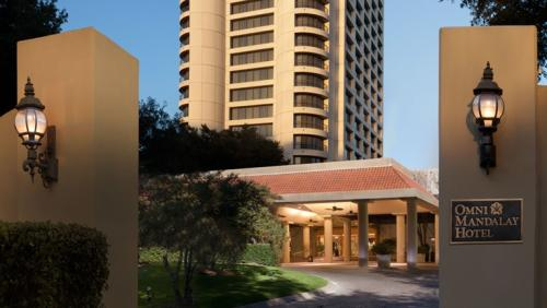 An image of the courtyard and entrance at the Omni hotel in Irving, Texas.