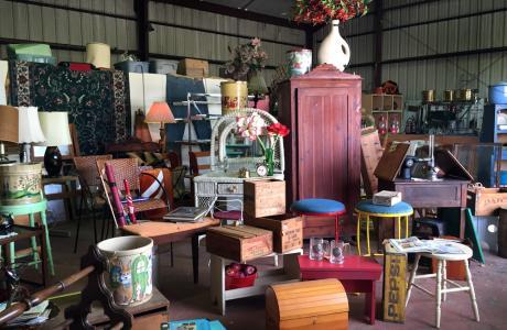 Jan's Antiques Garage