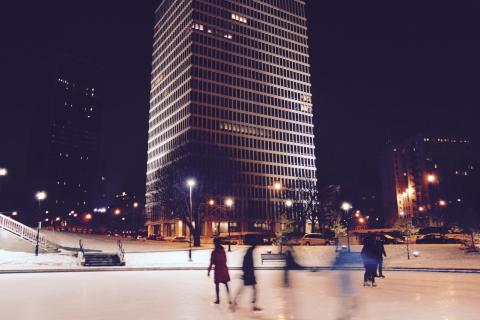 Dipicts open are ice skating park in the city
