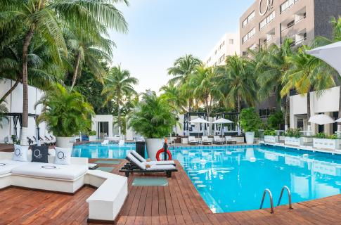 Área de alberca del hotel Oh! Cancún The Urban Oasis