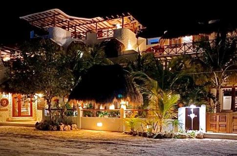 Frente del hotel - noche