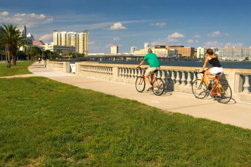 Bayshore Boulevard's 6-mile sidewalk helps boost Tampa into the top spots in the the country for an active lifestyle. (photo by Robert La Follette)