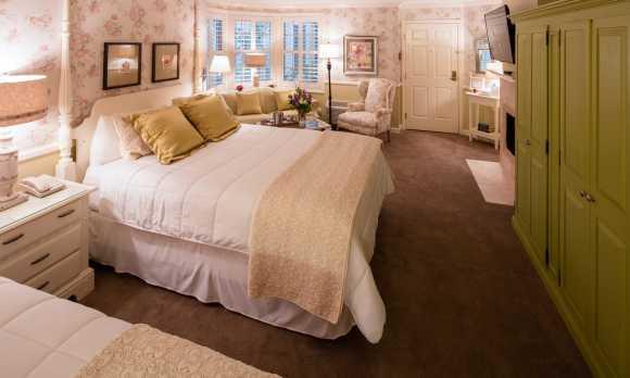 Apple Farm Queen Specialty Room