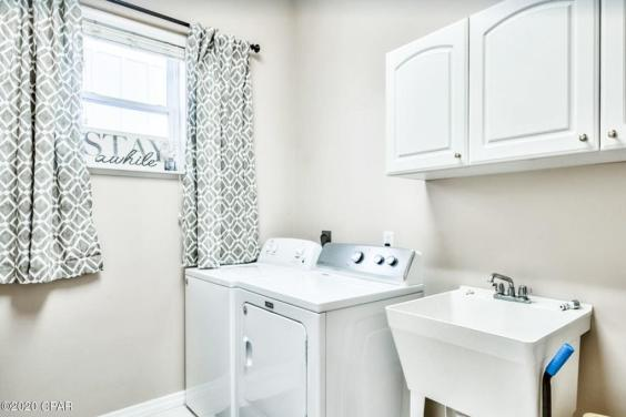 Spacious laundry room!