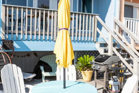 Plenty of seating allows for your family to enjoy a beachside meal!