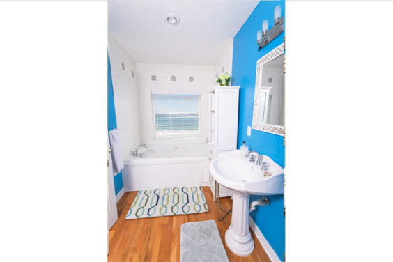 Fabulous Master bathroom with Whirlpool tub and Gulf View!