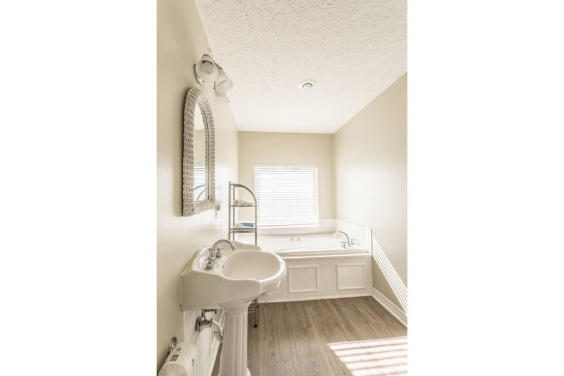 Second Master bathroom with jacuzzi tub and Gulf view!