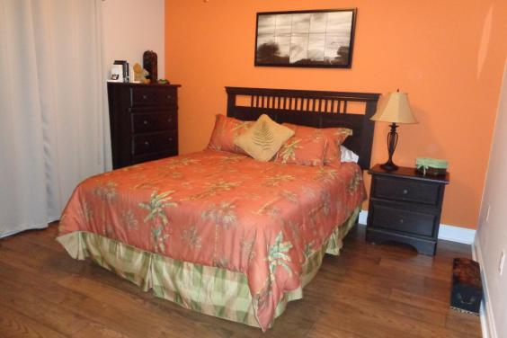 Second bedroom w/queen bed, flat screen tv, private bath with tub