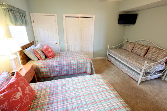 Guest Bedroom - Three Twins Beds and Twin Trundle
