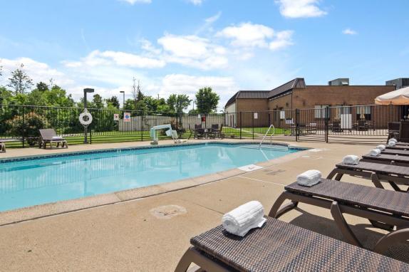 Best Western Leesburg - Private outdoor pool