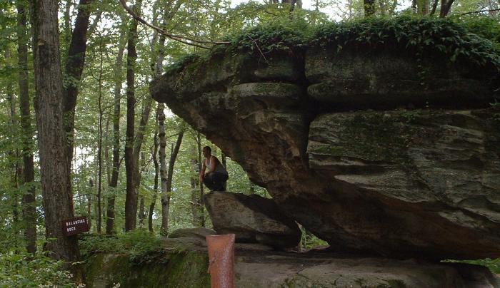 Rock-City-Balancing_rock.JPG