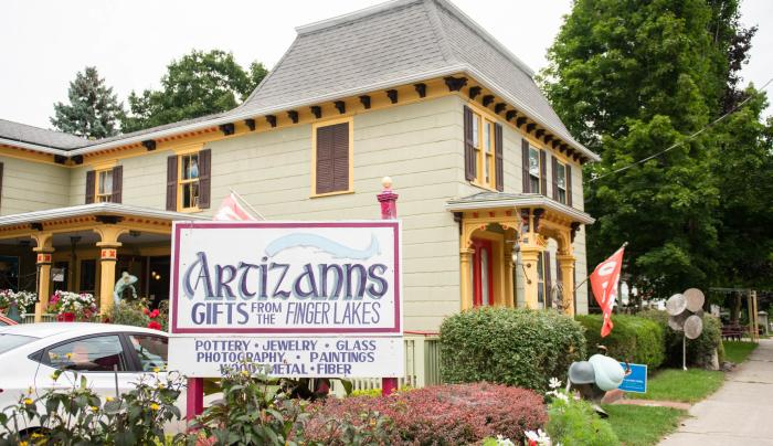 Exterior of Artizanns Gifts in Naples