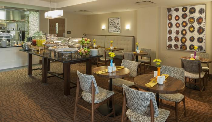 Hilton Garden Inn New York Long Island City/Manhattan View Bar Breakfast Area