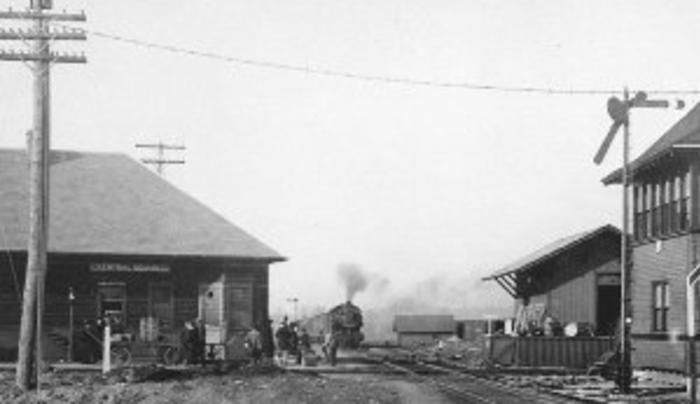 Train on tracks 1910
