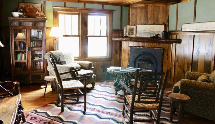 Dartbrook Lodge parlor.