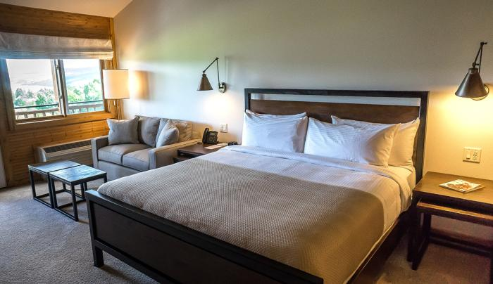 Bristol Harbour Deluxe Lakeview Hotel Room - Bed and Seating Area
