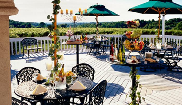 casa-larga-vineyards-and-winery-fairport-exterior-patio-dining