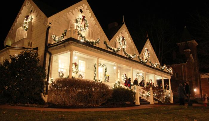 foster-cottage-museum-clifton-springs-exterior-christmas-people