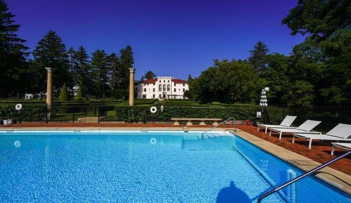 Photo of a blue pool at Geneva on the Lake