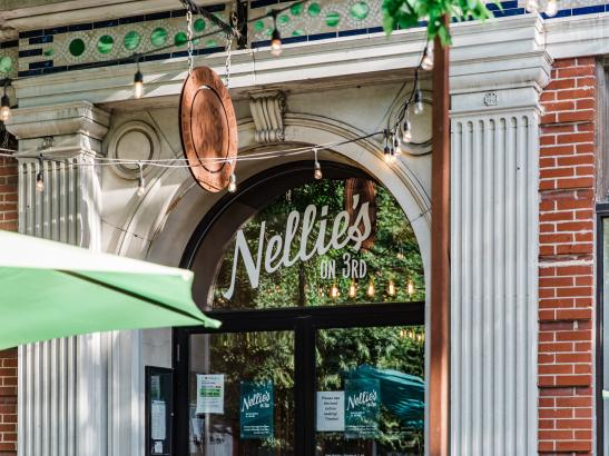Outdoor dining on Nellie's Parklet | Credit AB-Photography.us