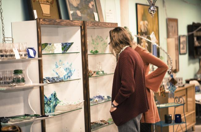 Glass art pieces at the Banbury Art Crawl