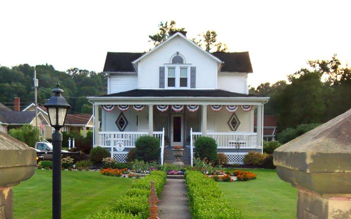 Country Seasons Bed & Breakfast original gate