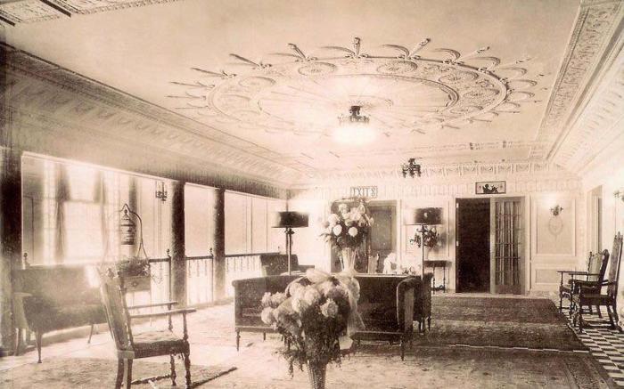 1922 Balcony Lobby