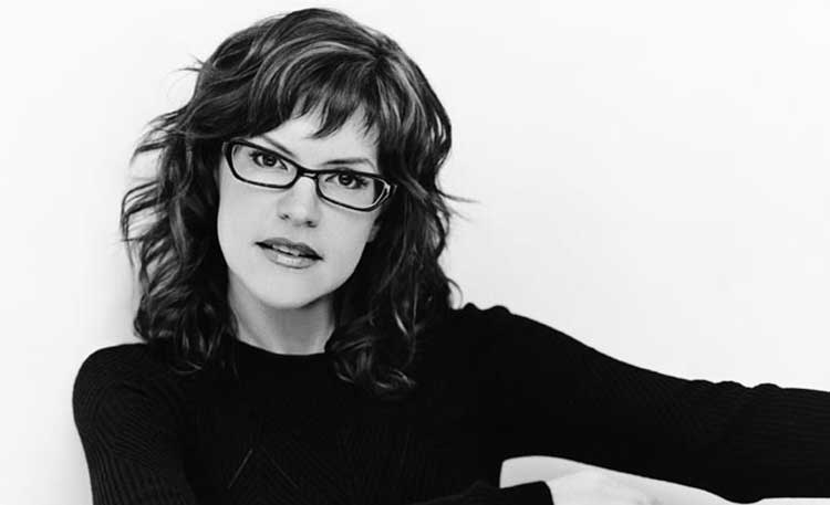 Lisa Loeb in glasses will be in concert at Overland Park