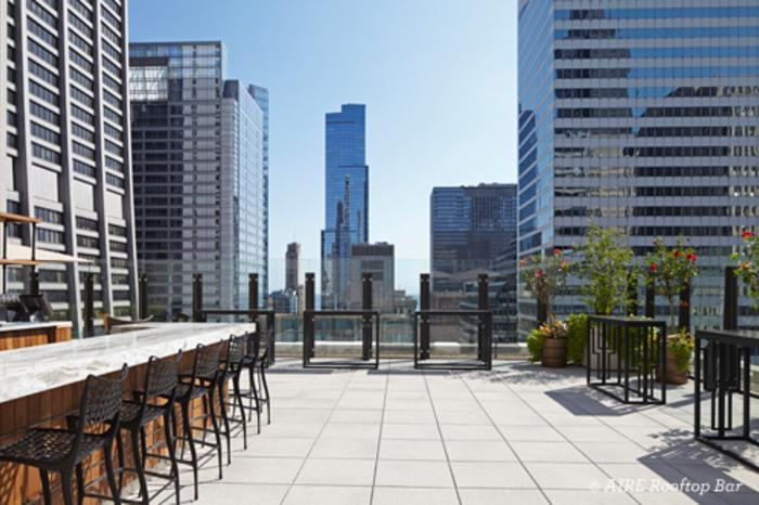AIRE Rooftop Bar with view of Chicago buildings